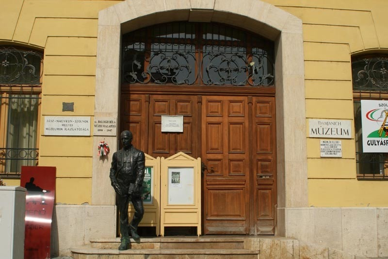 Statue of Damjanich and the Tabán - Szolnok